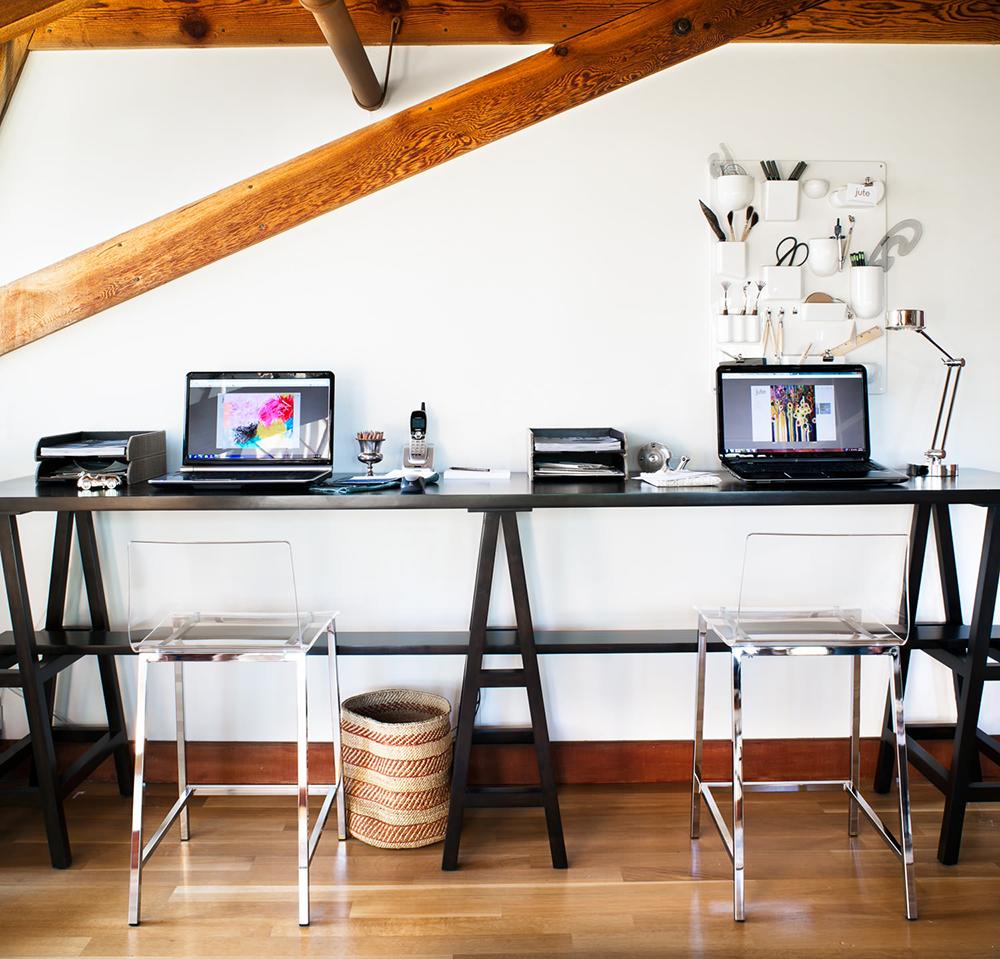 bàn làm việc màu đen hiện đại