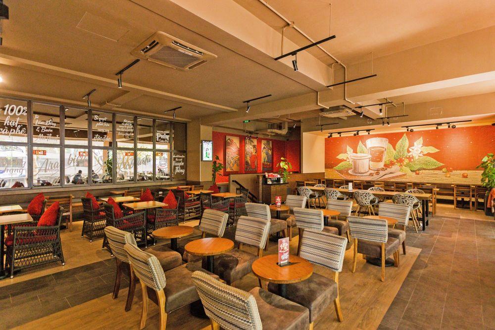 Bàn quán cafe Hiland với mặt bàn gỗ tre chân sắt
