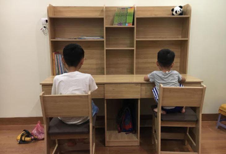 Bàn học tại nhà là lựa chọn cho nhiều gia đình thay cho bàn làm việc