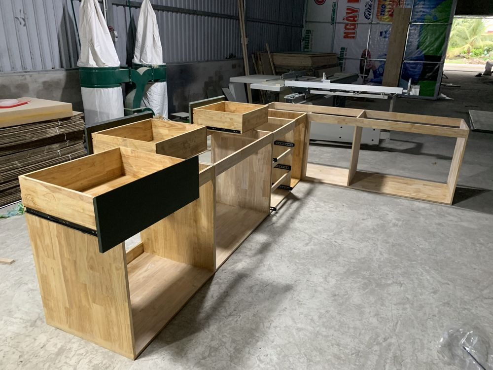 Tủ bếp dưới chưa lắp cánh nè, khung gỗ cao su chắc thôi rồi