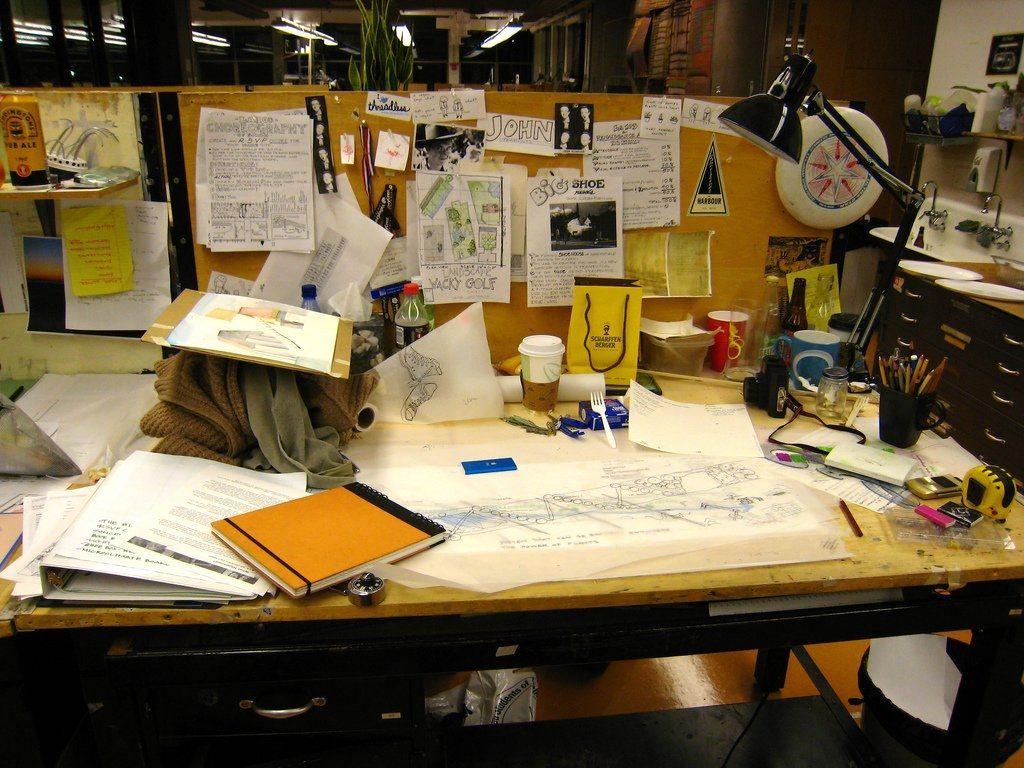 Bàn làm việc bừa bộn với các loại giấy tờ