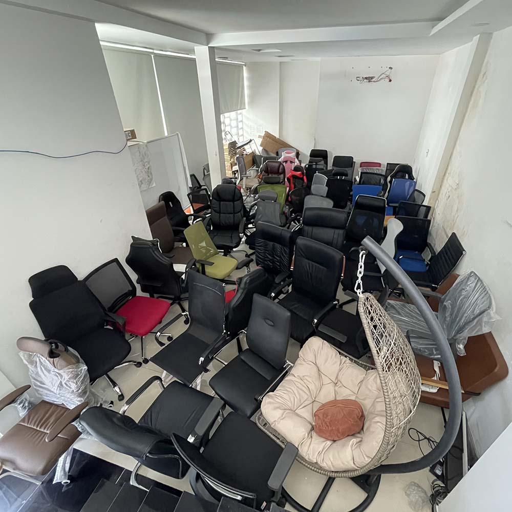 Khu vực ngồi thử luôn sẵn sàng hơn 100 mẫu ghế
