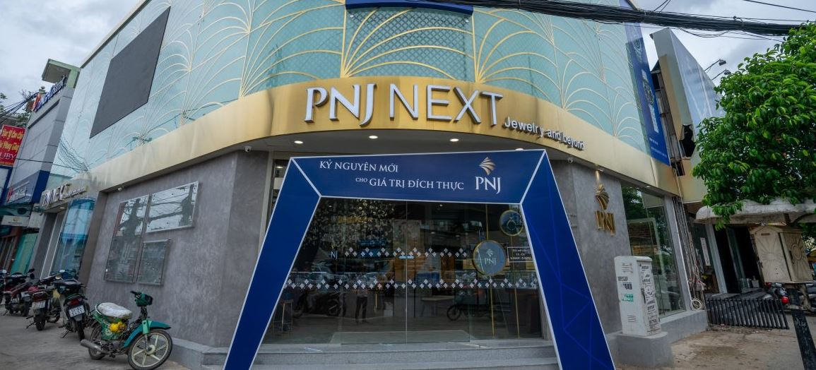Showroom PNJ với khung bao inox xi mạ