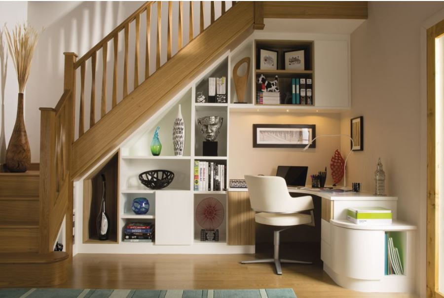 Tận dụng góc cầu thang làm nơi làm việc trong phòng khách