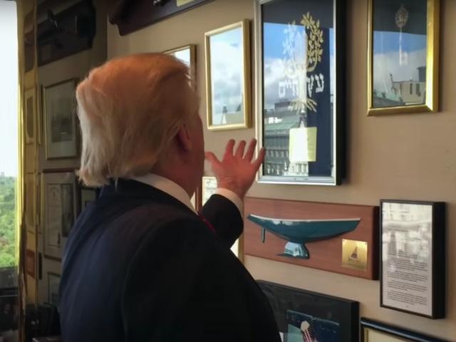 Văn Phòng Làm Việc Của Tổng Thống Donald Trump Có Những Món Đồ Nào