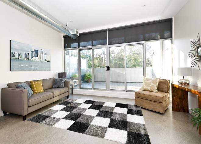 Mẫu thảm lông xù phòng khách ô vuông trắng đen xám