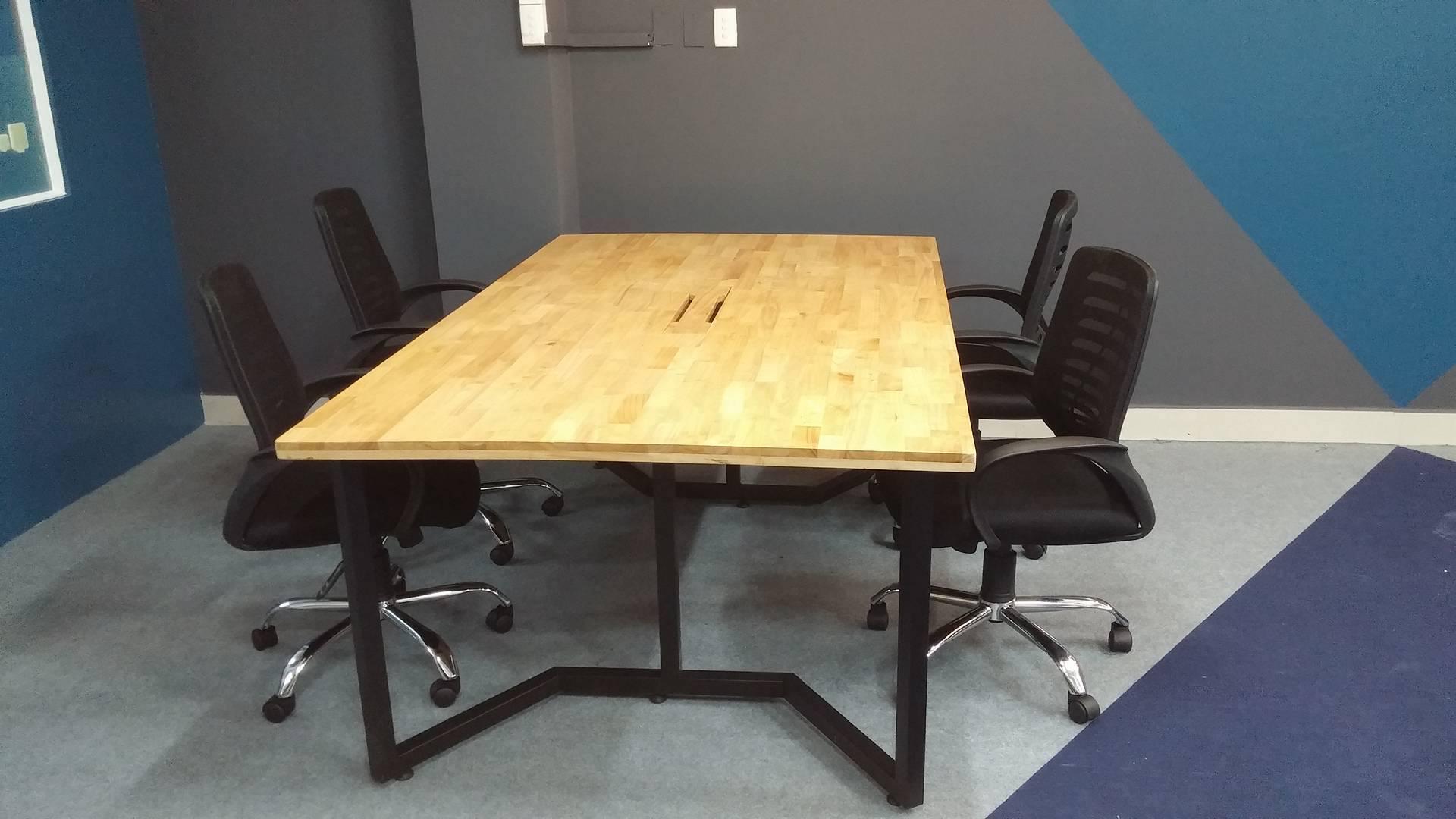 phòng họp với bàn họp 1m2x2m4